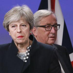 Theresa May och Jean-Claude Juncker i närbild.
