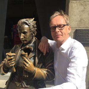 Kaj Arnö vid staty