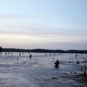 Pilkkikisan osallistujat siirtyvät jäälle kisan alkaessa Valkeakoskella.