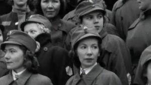 Naisia seuraamassa itsenäisyyspäivän paraatia 1940 Helsngissä