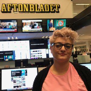Porträttbild på utrikesreportern Nivette Dawod, datorer och skärmar i bakgrunden och en stor Aftonbladet-logo.