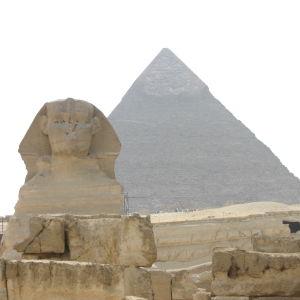 Sfinksi pyramidin edessä Gizassa.
