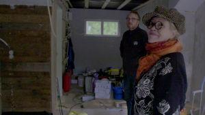 Helena miehensä Kimin kanssa sivurakennuksen remonttia katsomassa.