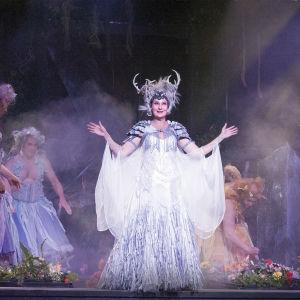 Minna Suuronen som Titania i Ryhmäteatteris uppsättning av En midsommarnattsdröm.