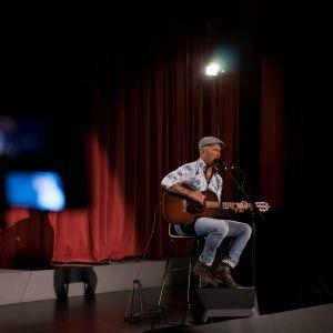 Juha Mulari uppträder på scen