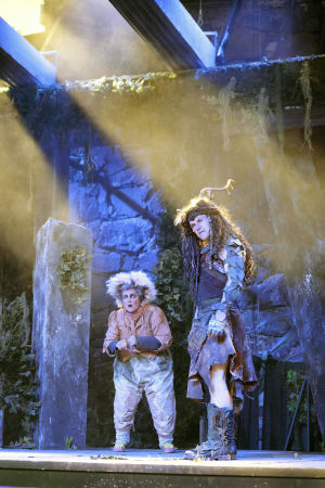 Sari Mällinen och Robin Svartström som Puck och Oberon i Ryhmäteatteris uppsättning av En midsommarnattsdröm.