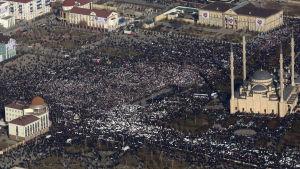 Bild tagen från luften på en massdemonstration i Groznyj, mot muhammedkarikatyrer i tidningen Charlie Hebdo