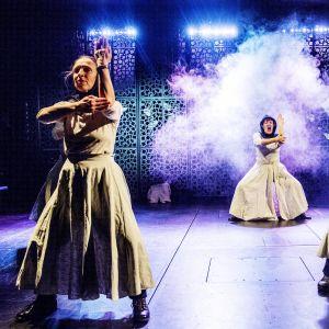 Tuula Väänänen, Minna Kangas och Kristina Vahvaselkä i en scen ur föreställningen.