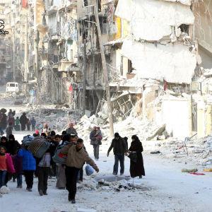 Syriska familjer lämnar sönderbombade kvarter i östra Aleppo 29.11.2016