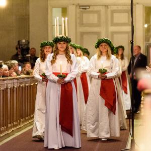 Finlands lucia 2016, Ingrid Holm med tärnor skrider fram längs altargången i Helsingfors domkyrka