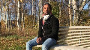 Henok Ekblad på en bänk.
