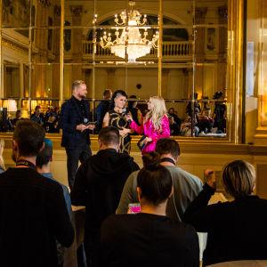 Krista Siegfrids ja Mikko Silvennoinen Saara Aallon kanssa UMK18-pressissä 7.11.17