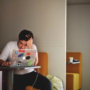 Ung kille och dator