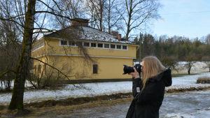 Arkitektstuderande Noomi Narjus gör fältstudier i Pargas.