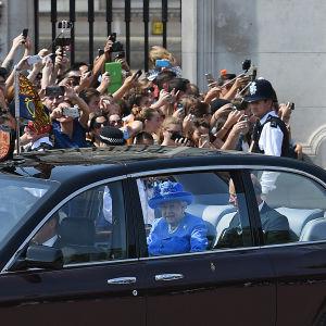 Drottning Elizabeth kördes i kortege från Buckingham Palace till parlamentet tillsammans med sin son, kronprins Charles.
