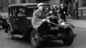 Toisena sodanjälkeisenä vappuna täyttyivät Helsingin kadut uskomattoman suuresta määrästä ihmisiä.