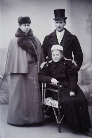 Maj ja Arvid Lind 8.11.1896, edessä istuu tunnistamaton nainen. Helsinki, E. Sundströmin valokuva-ateljee.