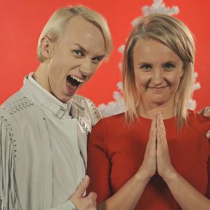 """Christoffer Strandberg och Fredrika Lindholm vid inspelningarna av X3M:s julvideo """"Julgrisar""""."""