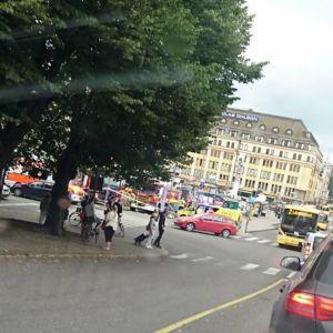 Bild från Åbo där ett stort polispådrag pågår.