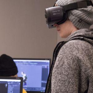 Kuvassa on ihminen Samsung Gear VR -lasit päässä.