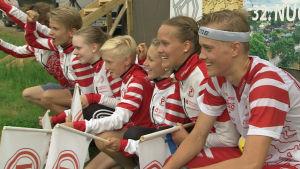 Tampereen Pyrintös stafettlag poserar efter segern i Ungdomens Jukola 2017.