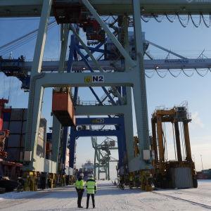 Tommi Sievers ja Pekka Raki Mussalon satamassa.