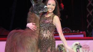 Cirkusartist Joulia Tchakanova uppträder med lama och afghanhundar på Cirkus Finlandia 2017
