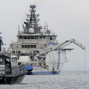Stort sjöräddningsfartyg i aktion till havs.