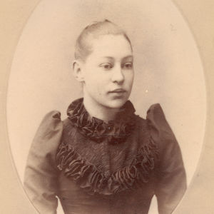 Teinityttö Maria Kopjeff. Kuvattu pietarilaisessa valokuvaamossa joskus 1890-luvulla.