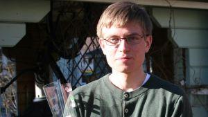 En ung man med glasögon.