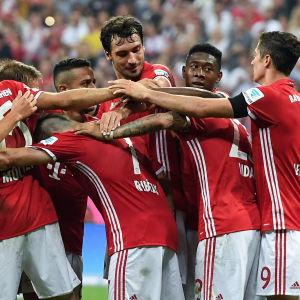 Bayern Münchens spelare firar efter ett mål i 6–0-segern mot Werder Bremen.