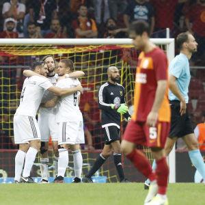Spelare i Östersund kramar om varandra efter kvalsegern mot Galatasaray.