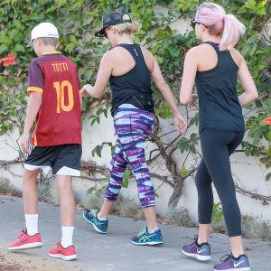 Två flickor i leggings och en pojke i shorts
