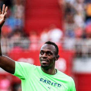 Usain Bolt vinkar till publiken