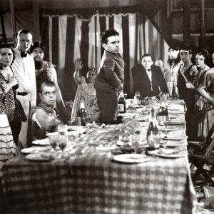 Angeleno (Angelo Rossitto) seisomassa keskellä hääreurueen juhlapöytää elokuvassa Freaks – kummajaiset