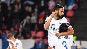 Tim Sparv och Sauli Väisänen kramar om varandra i matchen mot Island.