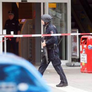 Tungt beväpnad Tysk polis efter knivattack i en matbutik i Hamburg 28.7.2017