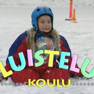 Lapsi lumisella kentällä