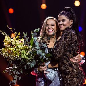 Saara Aalto ja Krista Siegfrids lavalla Monsterin voiton jälkeen Uuden Musiikin Kilpailussa 2018