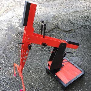 En liten hembygd radiostyrd lyftkran med griparmar.