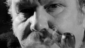Muotoilija Tapio Wirkkala, lähikuva, piippu suussa