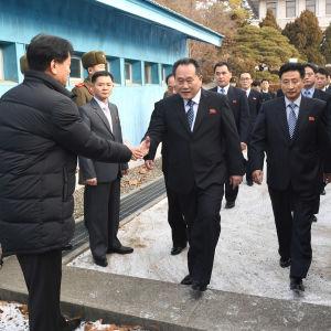 Den nordkoreanska delegationen med Ri Son-Gwon i spetsen anländer till mötet om vinter-OS med Sydkorea.