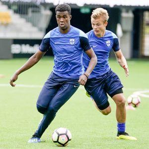 Abukar Mohamed och Jaakko Oksanen under ett träningspass.