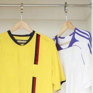 Sportskjortor som hänger i en garderob.
