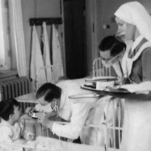 Lääkäri tutkii lapsipotilasta sairaalassa.