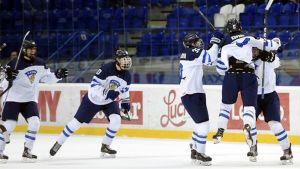 Efter fem raka segrar återstår ännu två matcher för Finlands U18-landslag i VM i Slovakien.