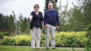 Carina Nynäs och Lars Bergquist i Aspegrenska trädgården.