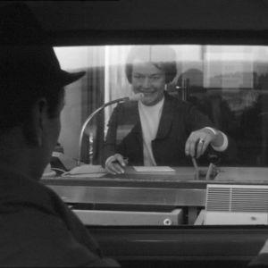 Mies asioi autopankissa