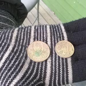 Viiden markan kolikko vuodelta 1983, kaksikymmenpenninen vuodelta 1963.