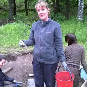 Muovia löytyy, toteaa kaivaja Joanna Veiniö. Kuopassa myös Elisa Väisänen ja Uine Kailamäki.